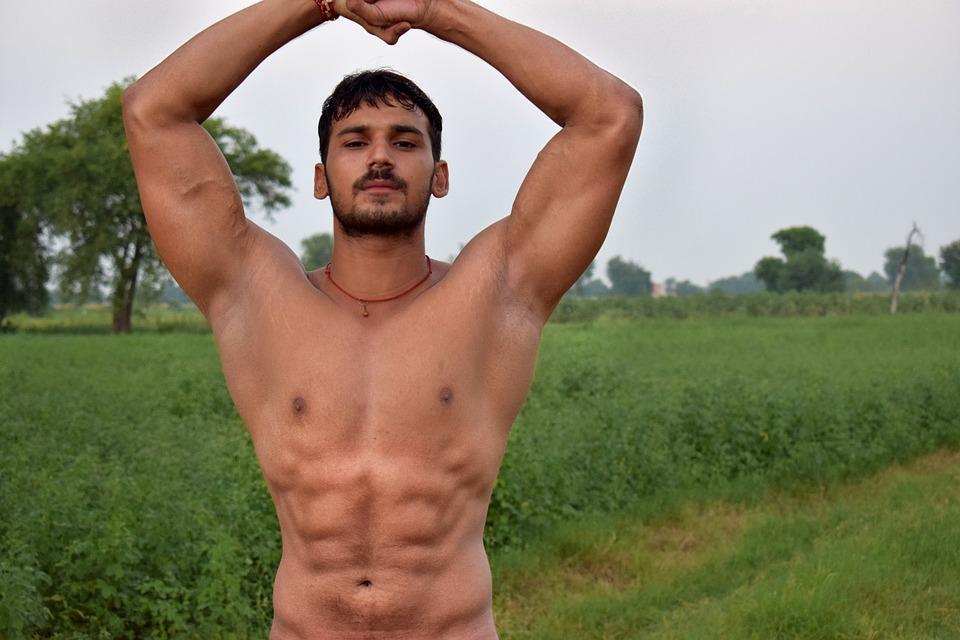 Mann trainiert in der Natur seinen Körper.